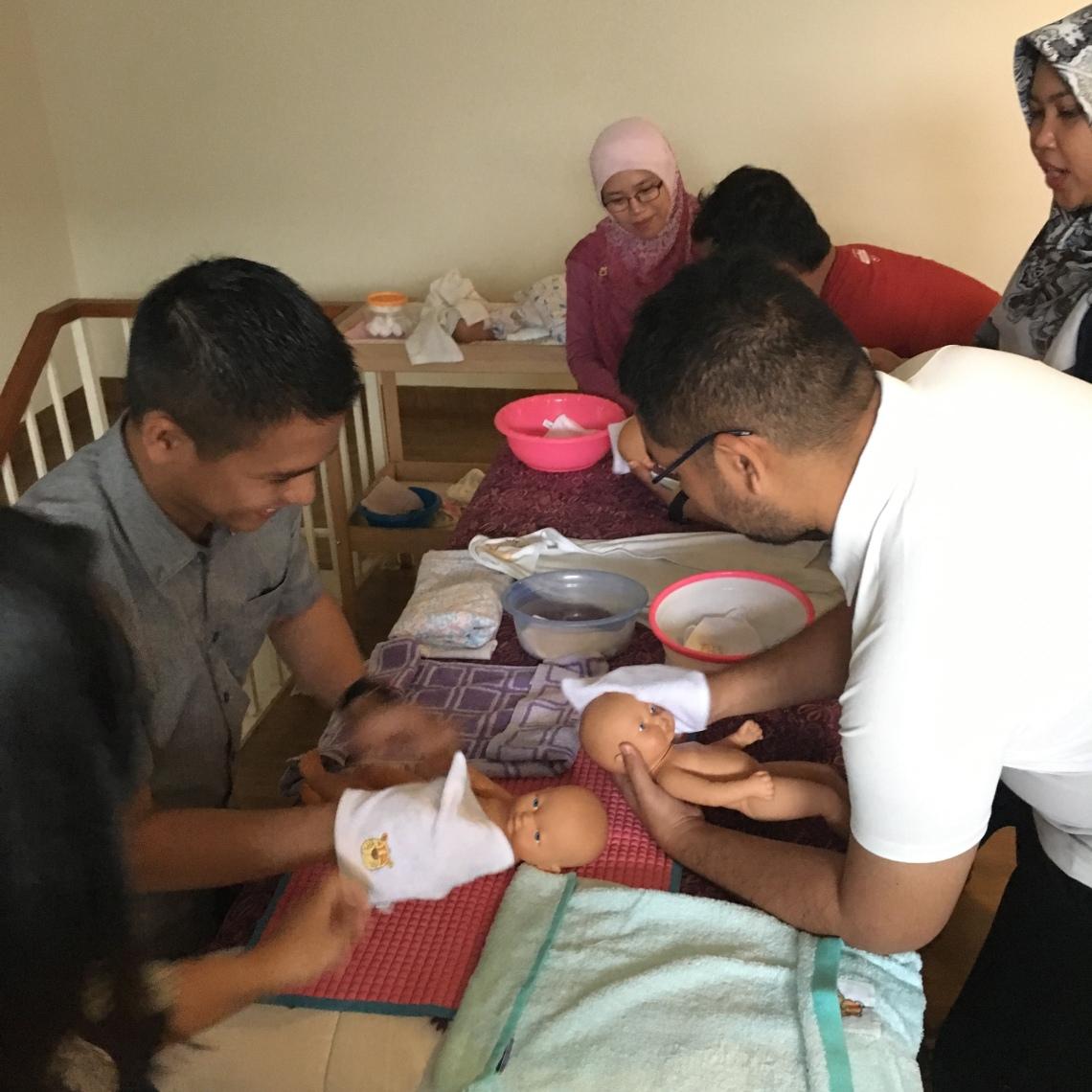 Praktik cara memandikan bayi