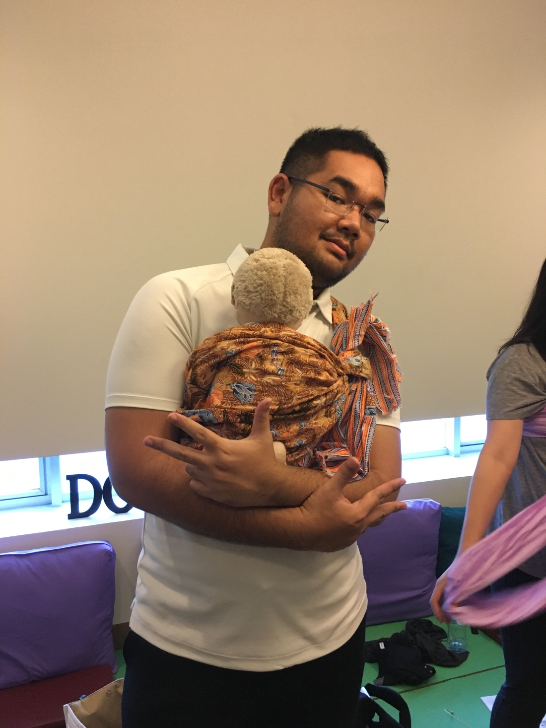 Praktik menggendong bayi