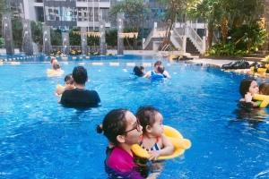 Mengajarkan anak berenang